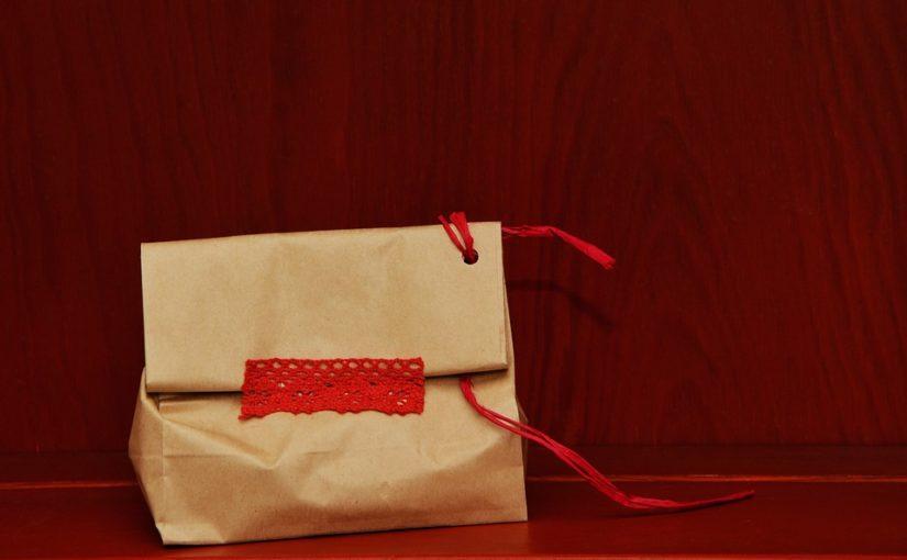 Мнения о том, почему в США используют бумажные пакеты без ручек